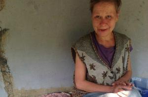 Волжские бомжи воруют корм у бездомных котят