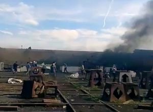 Первые минуты после взрыва на барже в Волжском попали на видео