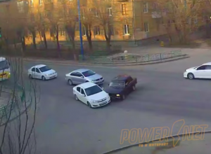 Гонщик на вишневом «ВАЗе» устроил коллапс на дороге в Волжском