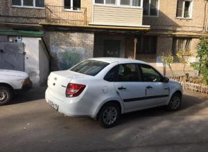 В Волжском отличился чудо-парковщик на «Гранте»