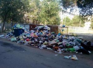 Горы мусора во дворах по улице Пушкина в Волжском выросли из-за смены управляющей компании
