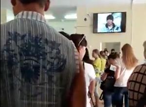 В километровых очередях часами душатся посетители детской поликлиники «Красный крест» в Волжском