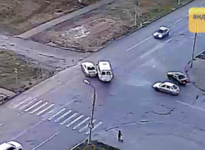 Опрометчивый автомобилист пытался снести маршрутку в Волжском
