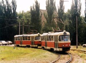 В параллельном Волжском трамвайные пути шли прямиком по улице Энгельса, - горожане