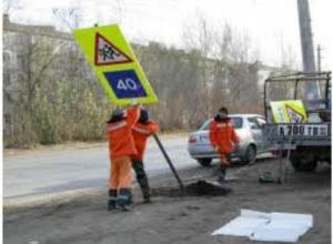 Сезонные дорожные знаки понавтыкали вдоль дорог в Волжском