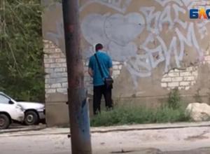 Кавалер без комплексов облегчился на детской площадке в Волжском