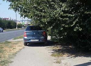 Фееричный автохам из Волжского занял весь тротуар, чтобы спрятать машину в тенечке