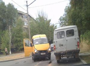 Иномарка влетела в кусты из-за столкновения с маршруткой в Волжском