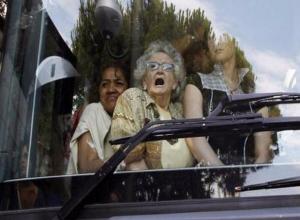 80-летняя бабушка получила травмы в автобусе, который «подрезал» лихач-пенсионер в Волжском