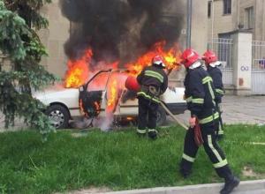 Водитель отечественного авто остался без транспорта из-за пожара в Волжском