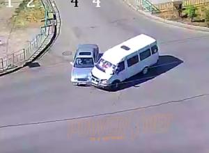 Водитель легковушки влетел в маршрутку в Волжском