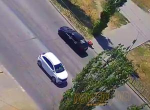 Видео: водитель иномарки сбил с ног волжанку и уехал