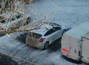 Эгоистичный автохам занял сразу два парковочных места в Волжском