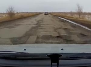 После зимы стало опасно ездить по трассе между Волжским и Быково