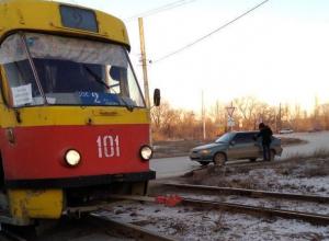 Автоледи на тонированной «четырнадцатой» врезалась в трамвай и остановила движ по городу