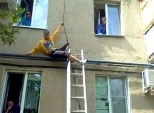 Жильцы организовали видеотрансляцию того, как их сосед угрожал прыгнуть с карниза дома в Волжском