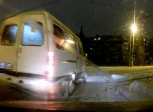 Наглый маршрутчик подрезал легковушку на съезде с «кольца» в Волжском