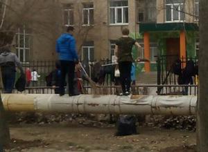 Битву на метлах устроили во время субботника школьники в Волжском