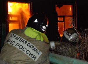 Частный дом вспыхнул из-за брошенной сигареты в Среднеахтубинском районе