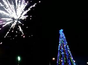 Новогодний салют у главной елки порадовал волжан
