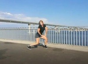 Заводная блондинка устроила попотряс на фоне «танцующего» моста