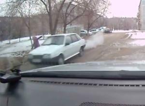 Равнодушный водитель «девятки» пронесся мимо упавшей под колеса волжанки