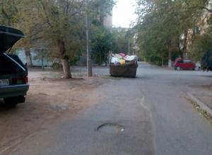 Огромный бункер с мусором перегородил проезжую часть во дворе многоэтажки в Волжском