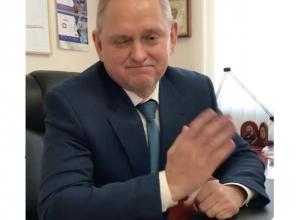 Мэр Волжского Игорь Воронин подмигнул рабочим волжанам