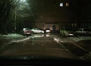 Тающий снег и лед превратились в непроходимые лужи во дворах Волжского