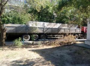 Грузовик покалечил деревья и разломал асфальт во дворе Волжского