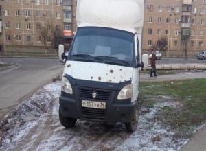 Автохам «облюбовал» зеленную зону в центре двора в Волжском