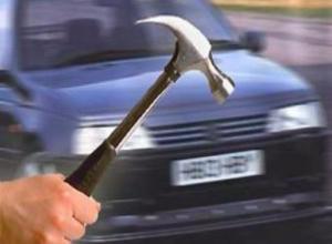 Пьяный альфа-самец кинул молоток в уезжающее такси в Волжском