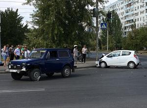 Брутальный владелец внедорожника встретился с хрупкой автоледи на малолитражке в Волжском