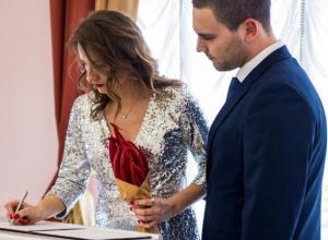 Экстравагантным букетом из острого перца удивила сотрудников ЗАГСа невеста из Волжского