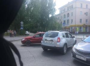 Две иномарки столкнулись на перекрестке «смерти» в Волжском
