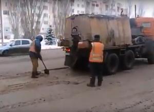 Волжанин снял на видео, как дорожники укладывают асфальт в снежную кашу