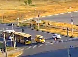 В Волжском сильный удар «легковушки» перевернул пешехода