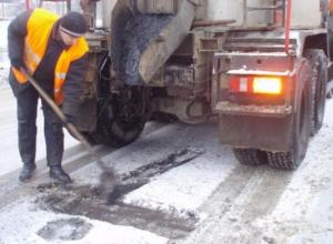 Дорожники продолжили нелюбимый волжанами ямочный ремонт