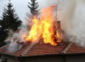 Горящая кровля крыши напугала жителей Среднеахтубинского района
