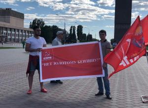 Пассивные «активисты» собрались на площади Волжского поговорить о бензине