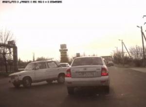 На видео попало, как пенсионер на «шестерке» устроил ДТП в Волжском
