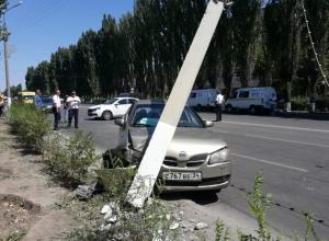Девушка на иномарке снесла бетонный столб в Волжском