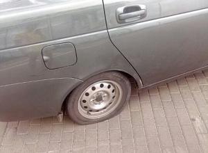 Сюрприз-ловушку для водителей сделали на парковке перед автосалоном в Волжском