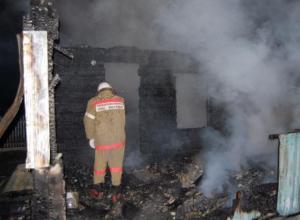 Две хозпостройки одновременно вспыхнули в Среднеахтубинском районе