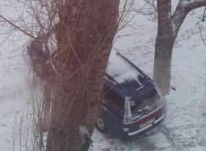 Автохам припарковался поперек тротура в Волжском