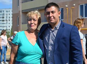 Качественно и в срок: счастливые новоселы жилого комплекса «Династия» получили ключи от долгожданных квартир
