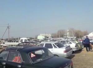 Волжане заполонили кладбище в день Пасхи для усопших