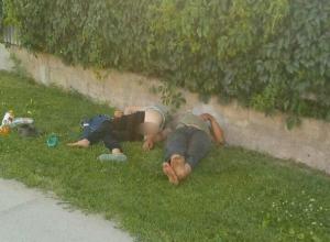 Мадам со спущенными штанами и ее кавалер уснули на травке в Волжском