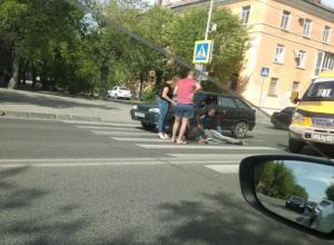 В Волжском на перекрестке лежит обездвиженный мужчина