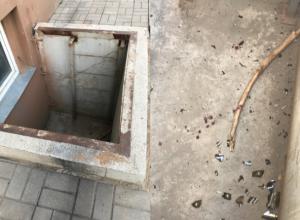 Ребенок рухнул в открытый пожарный проход в Волжском